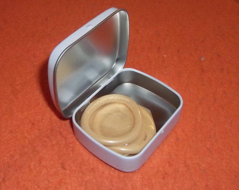 1908dd58484 3ks originálních preservativů z šedesátých let v plechové lakované  krabičce. POZOR ! Krabička je novodobá replika